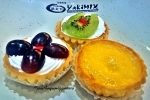 Cupcakes topped with fresh grapes and kiwi! Yakimix has them!